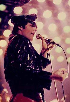 Freddie Mercury. More #music pics at www.freecomputerdesktopwallpaper.com/wmusicten.shtml Thank you for viewing!