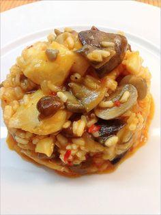 ARROZ CON BACALAO Y SETAS * Couscous, Polenta, Spanish Cuisine, Cooking Recipes, Healthy Recipes, Healthy Food, Small Meals, Food Humor, Fish Recipes