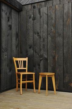 A burnt wood room - divider Wood Facade, Timber Cladding, Wood Siding, Dark Wood Bathroom, Wood Room Divider, Charred Wood, Wood Texture, Wooden Walls, Wood Burning
