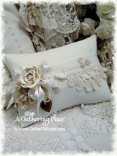 8 Versatile Clever Tips: Shabby Chic Crafts Design shabby chic diy mini albums.Shabby Chic Office She Sheds. Shabby Chic Pillows, Shabby Chic Living Room, Shabby Chic Homes, Shabby Chic Furniture, Chic Bedding, Vintage Pillows, Sewing Pillows, Diy Pillows, Decorative Pillows