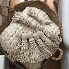 Latest Free of Charge Macrame Patterns hangers Ideas Study all that you should learn to generate spectacular macrame projects. Macrame Wall Hanging Patterns, Macrame Plant Hangers, Macrame Patterns, Macrame Cord, Macrame Knots, Micro Macramé, Macrame Design, Macrame Projects, Macrame Tutorial