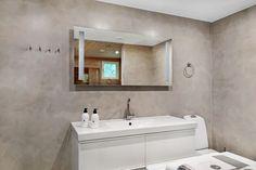 Ylellinen kylpyhuone on toteutettu mikrosementillä.