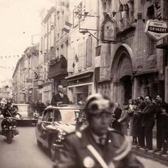 Le Général de Gaulle (1890-1970) en 1958, lors d'une visite à Carcassonne, de passage dans la rue de Verdun. Photo: Eddy Aguilar / collection: Antonia Reynes