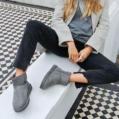 Wenn jemand Lässigkeit und Stil verstanden hat, dann ist das die Londoner Stylistin und Moderedakteurin @nataliehartleywears. In welchem Outfit würdest Du in London shoppen gehen? #myCLASSICstyle #ThisisUGG #Classic #Casual #UGG #Classic