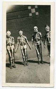 Trick or treat Vintage Halloween Halloween Fotos, Vintage Halloween Photos, Fete Halloween, Halloween Pictures, Halloween Skeletons, Holidays Halloween, Halloween Crafts, Happy Halloween, Halloween Costumes
