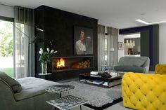 Claude Cartier reinventa gli ambienti di una villa di Lione bilanciando colore, bianco e nero e opere pop. Le sue idee per arredare una stanza con il camino