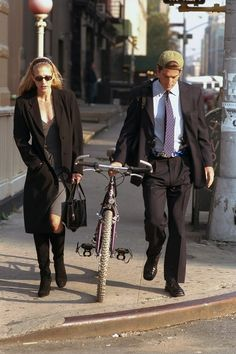 Newlyweds John F Kennedy Jr. and Carolyn Bessette Kennedy walk along. Kennedy Jr, Carolyn Bessette Kennedy, Jfk Jr, Next Fashion, 90s Fashion, Fashion Trends, Fashion Inspiration, John John, Vogue Paris