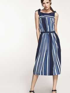 Poplin dress made from 100% cotton fabric with navy blue stripes print. Flared cut, boatneck, side zip fastening, two side pockets and straps with bow details. The garment length for size 38 is 112.5 cm.