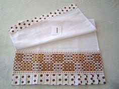 Pano de Prato em tecido de algodão c/ barrado bordado em tecido xadrez Este produto pode ser feito sob encomenda em varias cores (veja amostra de cores no album BORDADO EM TECIDO XADREZ) Voce pode pedir pelo numero de cada um