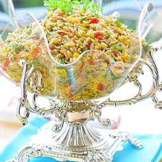 Şehriye salatası sevenler çift tıklasın 😍❤️ Yapılışını bir önceki videodan izleyebilirsiniz 🙋 Şehriye Salatası Malzemeler:; 2 su bardağı arpa şehriye 4 su bardağı su ( az gelirse ekleyebilirsiniz) Zeytinyağ Tuz 1 kase ince doğranmış kornişon turşu 1 kase haşlamış mısır 1 tutam dereotu 3-4 adet taze soğan Maydanoz 4 adet közlenmiş kapya biber Zeytinyağ 1 limon suyu Tuz Hazırlanışı; Tencereye sıvıyağ alın ve şehriyeleri üzerine ekleyip kavurun. Şehriyelerin bir ...