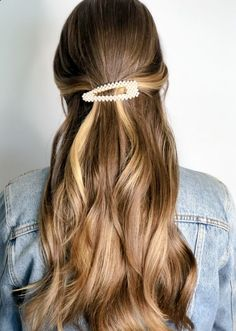 Pearl barrettes, style and color by Redhead Hairstyles, Baddie Hairstyles, Down Hairstyles, Prom Hairstyles, Hairdos, Hairstyle Ideas, Hair Ideas, Curly Hair Styles, Natural Hair Styles