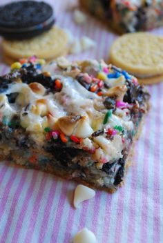 gotta try this recipe by The Domestic Rebel. I've made cake batter layer bars but never used the oreos. ooof!