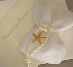 #μπομπονιέρες γαμου με λευκό λινό πουγκί, μεγάλο χρυσό αστερία και κορδόνι στριφτό