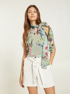 Top floreale con fiocco - Motivi.com Trench, White Shorts, Short Dresses, Outfit, Top, Shopping, Fashion, Scarf Head, Clothes