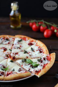 pizza margherita e pomodori arrosto