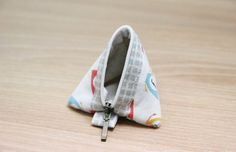 DIY step-by-step Tutorial in Pictures. Marble Bag, Sewing Crafts, Sewing Projects, Diy Step By Step, Pouch Tutorial, Purse Wallet, Triangle, Coins, Coin Purses