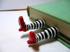 Pezinhos de papel mache para um marcador de livros.