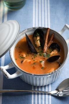 Catalan mussel soup is a delicious first course .- Catalan mussel soup is a delicious first course based on fish: try the Salt & Pepper recipe, the result will be excellent. Chilli Recipes, Italian Recipes, Soup Recipes, Seafood Dishes, Seafood Recipes, Seafood Soup, Cookbook Recipes, Cooking Recipes, Soup And Sandwich