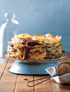 Baklava-koek - 'n Bietjie Griekse inspirasie Greek Desserts, Just Desserts, Delicious Desserts, Dessert Recipes, Yummy Food, Cake Recipes, Baklava Recipe, Sweet Pastries, Eat Dessert First