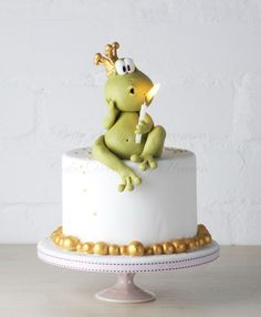 Love this little birthday cake with Mr Froggy blowing the candle!