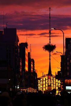 祇園祭の夕暮れ Japon 浴衣着たお姉さんがいっぱい降りてくのがこの時期