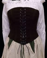 figuurcorrectiemiddel om onder een jurk te dragen. gemaakt van leer en verstevigd met ijzeren baleinen, werd het van voor en achter strak aangetrokken.