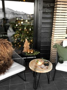 CHRISTMAS AT THE TERRACE - Therese Knutsen Small Outdoor Spaces, Outdoor Living Rooms, Patio Design, House Design, Studio Apartment Decorating, Decks And Porches, Tiny House Living, Black Decor, Christmas Home