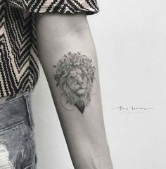 75 photos of female tattoos on her arm Photos 75 Bil . tattoos Like Leo Tattoos, Mini Tattoos, Future Tattoos, Rose Tattoos, Body Art Tattoos, Flower Tattoos, Lion Tattoo With Flowers, Piercing Tattoo, Arm Tattoo