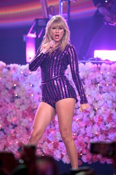 Taylor Swift Pictures and Photos - Getty Images Taylor Swift Twitter, Taylor Swift Album, All About Taylor Swift, Taylor Swift Hot, Taylor Swift Style, Taylor Swift Singing, Live Taylor, Swift 3, Amazon Prime Day