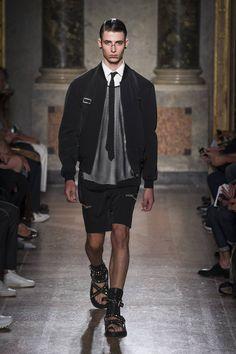 Verdes militares, sandalias en piel y chaquetas de cuero forman parte de la ecléctica colección Spring/Summer 2017 de Les Hommes en la semana de la moda de Milán, sus estampados futuristas se mezclan con prendas en red, colores claros y negros totales, acompañados de bolsillos múltiples utilitarios.