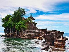 Tanah Lot - Bali, Indonesia http://voyagerloin.com/culture/magie-temples-dasie-du-sud/
