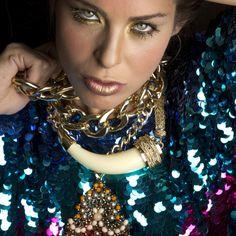Cadenas doradas gruesas, Via Vai. Collar de cuerno y collar de dije con cuentas naranja, Injoy.Revista Ellas / Panamá www.ellas.pa