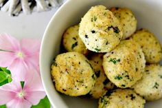 Cauliflower meatballs that are flavoured with Feta cheese and lemon. This is an easy vegetarian meatballs recipe with the taste of summer. Vegetarian Meatballs, Vegetarian Recipes, Healthy Recipes, Ww Recipes, Diabetic Recipes, Best Cauliflower Recipe, Cauliflower Tots, Feta, Baking With Coconut Flour