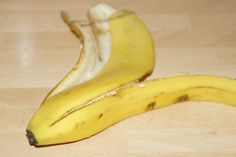 Banana Peel to treat warts - Natural Wart Removal Treatments Skin Tag On Eyelid, Skin Tags On Face, What Are Skin Tags, Getting Rid Of Freckles, Doterra, Types Of Warts, Skin Tags Home Remedies, Health Tips, Vegetables Garden