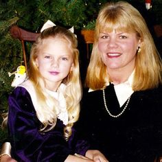 Our girl Taylor Swift looked so adorable with her mom at Christmas time! #TBT