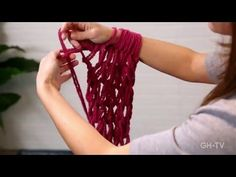 Arm Knitting for beginners! *Official Arm Knitting Tutorial* No needles required to knit this scarf! Check out my new video! You can now arm knit a scarf in . Finger Crochet, Finger Knitting, Hand Crochet, Knit Crochet, Arm Knitting Tutorial, Giant Knitting, Loom Knitting, Knitting Patterns, Knitted Cushions