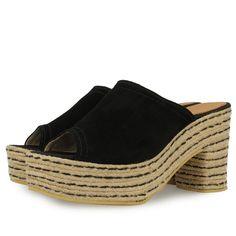 Sandalias de plataforma y tacón de 9,5cm.estilo zueco. Corte en piel negra y suela de yute natural con detalles en negro. Made in Spain. Dale un toque retro a tus looks.