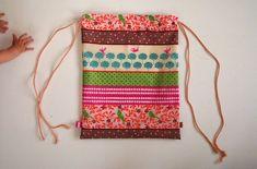 Jak ušít pytel na záda - fotonávod na www.notjustmom.cz Drawstring Backpack, Backpacks, Sewing, Bags, Scrappy Quilts, Handbags, Couture, Sew, Dime Bags