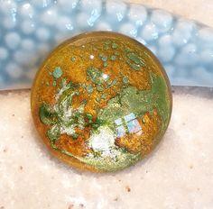 Retrouvez cet article dans ma boutique Etsy https://www.etsy.com/fr/listing/462333048/cabochon-25-mm-peint-a-la-main-cabochon #cabochon #pendentif #bretagne #belleile #couleur #handmade #faitmain #perles #perlerie #cabochon