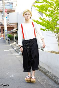 Mako is a 19-year-old beauty school student who we street snapped in Harajuku. Her look includes a green-tinted short hairstyle, pants from the Japanese brand Monomania with suspenders, and geta sandals. #tokyofashion #street snap #Harajuku