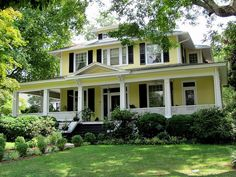 yellow w black shutters. Mature yellow house with black shutters, white porch. Exterior Color Combinations, Exterior Colors, Yellow House Exterior, Color Schemes, Interior Exterior, Exterior Design, Exterior Paint, Stommel Haus, Black Shutters