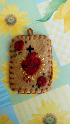 Hand embroidered scapular. Escapulario del Sagrado Corazón  de