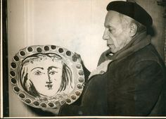 Picasso holding a large ceramic plate Original Art by Pablo Picasso :: PicassoMio Pablo Picasso Artwork, Kunst Picasso, Dora Maar, Guernica, Marc Chagall, Picasso Pictures, Cubist Movement, Ceramic Plates, Ceramic Artists