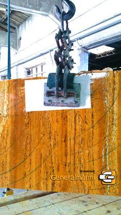 Il Travertino Giallo al contro ha un colore giallo intenso e una trama fitta e compatta che si lascia disegnare da sottili venature marroni e bianche. Questa pietra è adatta ad arredi interni.  Possibili realizzazioni: Pavimenti e Rivestimenti interni ed esterni. Scale, Tavoli, Lavelli, Piani Cucina, Piatti doccia.  Finiture: Lucidato, Levigato, Spazzolato, Sabbiato, Bocciardato.  info@generalmarmi.it