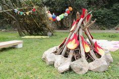 « J'ai aimé souffler les bougies, j'ai aimé les ballons, les cadeaux et toutes les plumes. En fait mon moment péféré de la journée, c'est toute la journée maman. » Une grande fête pour elle, la toute première fête dans le jardin. Les enfants ont joué aux indiens autour du feu de camps, dans le tipi ou dans la cabane. Tout le monde a engouffré les fruits, les bonbons et les bons gäteaux. On s'est maquillé, on s'est tatoué. On a noué des bandeaux autour de nos têtes.On a ri, on a fait…