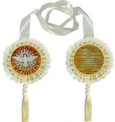 LINDO ESCAPULÁRIO PARA PORTA Medalhão resinado com brilho interno, de um lado a imagem do santo e do outro um salmo ou oração. INFORMAÇÕES TÉCNICAS: MATERIAL: RESINA,MDF,FITA DE CETIM E PINGENTE E PEDRAS SINTETICAS. COR: BEGE DIMENSÕES: 13,5 CM DE DIÂMETRO CADA MEDALHÃO TAMANHO APRO...