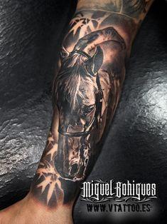 El caballo es un mamífero perisodáctilo domesticado de la familia de los équidos.Es un herbívoro solípedo de gran porte, cuello largo y arqueado, poblado por largas crines. Esta vez, Miguel ha aprovechado la pincelada del oleo para pasarla al tatuaje.Esperamos que os guste.