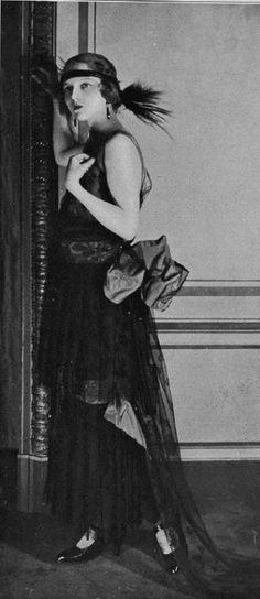 1923 - Evening gown by Paul Poiret, Les Modes January Photo by Henri Manuel. 20s Fashion, Moda Fashion, Fashion History, Vintage Fashion, Timeless Fashion, Fashion Women, Paul Poiret, Art Deco Hair, Retro Mode