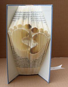 handgefaltetes Buch Motiv Füße klein