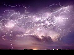Nuée de lumière / Une image du chasseur d'orages Jason Weingart, montrant cette fois le ciel orageux de l'Etat américain du Nebraska. Il s'agit en fait de l'assemblage de 31 photos prises sur une période de 10 minutes.  (JASON WEINGART/CATERS NEWS AGENCY/SIPA)